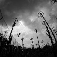 Peserta memanjat pinang dalam memperingati HUT RI ke-71 di Senayan, Jakarta, Rabu (17/8/2016). Pesta rakyat yang dipelopori oleh Pusat Pengelola Komplek Gelora Bung Karno (PPKGBK) ini digelar secara gratis. Sebanyak 345 pohon pinang disediakan oleh PPKGBK untuk dilombakan. PHOTO'S SPEAK/FAUZAN