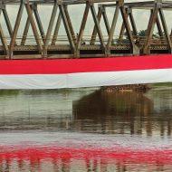 "Bendera merah putih sepanjang 50 meter membentang menyebrangi Sungai Citarum di Kampung Cigebar Mekarsari, Desa Baleendah, Kecamatan Baleendah, Kabupaten Bandung, Minggu (14/8/2016). Bendera tersebut dibentangkan dalam rangka memperingati HUT Kemerdekaan RI yang ke 71, sekaligus menyampaikan pesan ""Memerdekakan Citarum"" yang hingga kini masih dicemari sampah dan limbah industri. PHOTO'S SPEAK/Jamal Ramadhan"