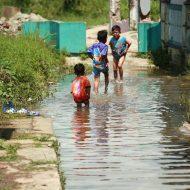 Rumah Tergenang ketika Hujan - Potret anak di Kampung Kiara Payung, Kelurahan Melong, Kecamatan Cimahi Selatan, Kota Cimahi, Kamis (18/8/2016). Sejumlah rumah beserta tanah di kawasan itu dijual kepada pihak pabrik yang berada di sekitaran tempat tersebut karena sering digenangi banjir ketika memasuki musim hujan hingga mengakibatkan bangunan lapuk dan roboh. PHOTO'S SPEAK /JAMAL RAMADHAN