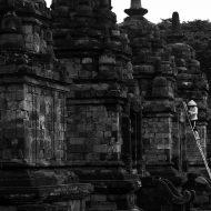 Prambanan, Cermin Kerukunan Antar Umat Beragama Candi Prambanan adalah kompleks candi berlatar Agama Hindu Terbesar di Indonesia, terletak di kecamatan Prambanan, Sleman dan kecamatan Prambanan, Klaten, atau kurang lebih 17 kilometer dari Yogyakarta kompleks candi di perbatasan antara Jawa Tengah dan Daerah Istimewa Yogyakarta. Candi ini diprediksi dibangun sekitar pertengahan abad 9 sebagai persembahan untuk Dewa Siwa, Brahma dan Wisnu. Prediksi tersebut didasarkan pada isi Prasasti Syiwagrha yang saat ini disimpan di Museum Nasional Jakarta. Sebagai candi yang dinobatkan sebagai situs warisan dunia oleh UNESCO pada tahun 1991 bukan tanpa alasan jika Candi Prambanan menjadi daya tarik bagi wisatawan baik domestik maupun mancanegara. Pada 27 Mei 2006 candi ini pernah diguncang gempa berkekuatan 5,9 skala richter yang menyebabkan beberapa bagian candi runtuh. Satu minggu setelahnya, UNESCO mempersiapkan bantuan darurat internasional bagi kawasan tersebut. Untuk menjaganya, sekitar bulan Juni 2016 lalu, pengelola mulai memberikan perekat diantara susunan batu supaya tidak begeser. Sudah selesai pada Candi Siwa dan akan berlanjut ke candi-candi lainnya. Terdapat 240 Candi di Prambanan, di Halaman 1 ada 16 candi yang terdiri dari 3 candi utama, yaitu Siwa, Brahma dan Wisnu, 3 Candi Wahana (kendaraan 3 dewa tersebut), 4 Candi Kelir, 2 Candi Apit dan 4 Candi Patok. Sisanya terletak di Halaman 2, sebanyak 224 buah. Arsitektur yang menawan tersaji di komplek candi yang berdampingan dengan 3 Candi berlatar Agama Budha, yaitu Candi Lumbung, Candi Bubrah dan Candi Sewu. Hal tersebut merupakan bukti kerukunan antara umat Budha dan Hindu di Pulau Jawa di masa lalu yang harus selalu dijaga saat ini, hingga masa mendatang.
